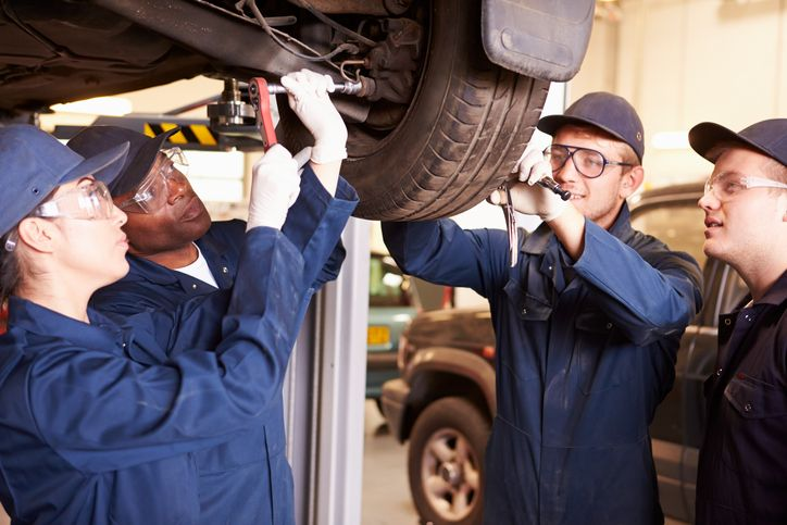 How to Select an Auto Mechanic Apprenticeship That'll Prepare You for Career Success