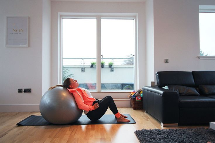 3 a) Der Hip Thrust ist nicht nur in der Rückbildung, sondern auch im Krafttraining eine der beliebtesten Übungen für den Po. Und weil der Unterkörper kontinuierlich angespannt wird, auch für den Beckenboden. Schnappt euch den Pezziball (wenn ihr keinen habt, könnt ihr auch auf Sofa oder Bett ausweichen, sofern die Höhe stimmt). Die Hantel ist nur optionales Gewicht.