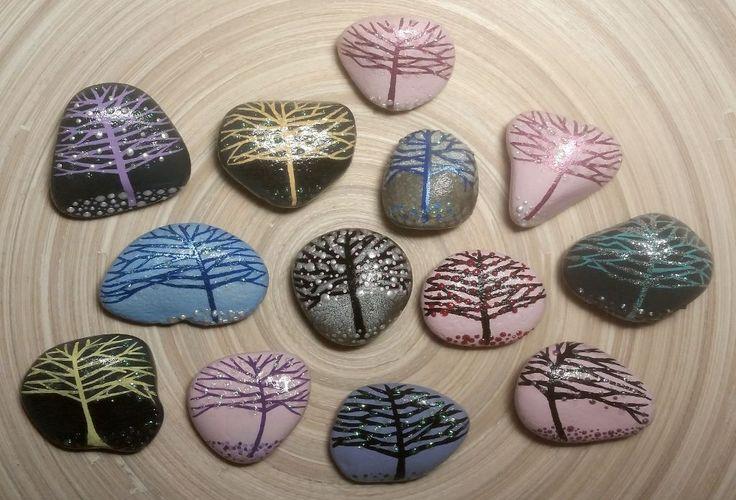 Amo gli alberi d'inverno.  Sassi decorati a mano e calamitati.  #ilnataledisofia #shoppingsolidale #ageop #aseop  16/dic./2015 - Le Scuderie - BO Evento benefico a favore di AGEOP Onlus