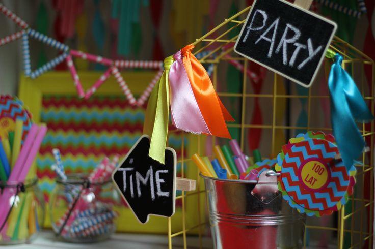 Ozdoby urodzinowe, girlanda z papierowych rurek, plakietki tablicowe, szklany słoik, druciany domek / Party decorations, paper straw garland, chalkboard etiquette, glass jar, wire house decor, @TigerPolska