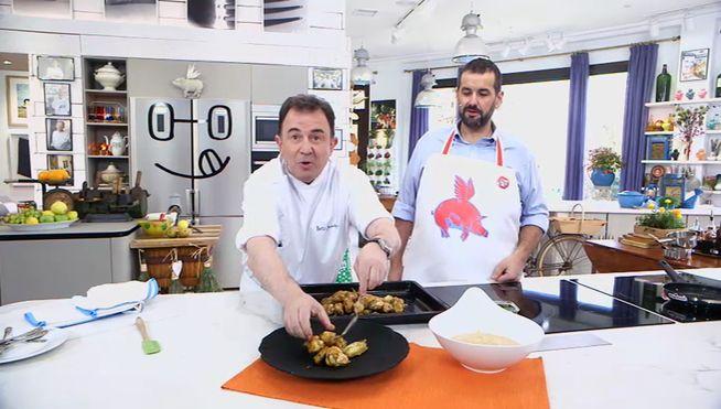 El titán 7 estrellas Michelín, Martín Berasategui, adapta una receta aprendida en su viaje reciente a Hong Kong: alitas de pollo al horno con una crema de manzana y pera.