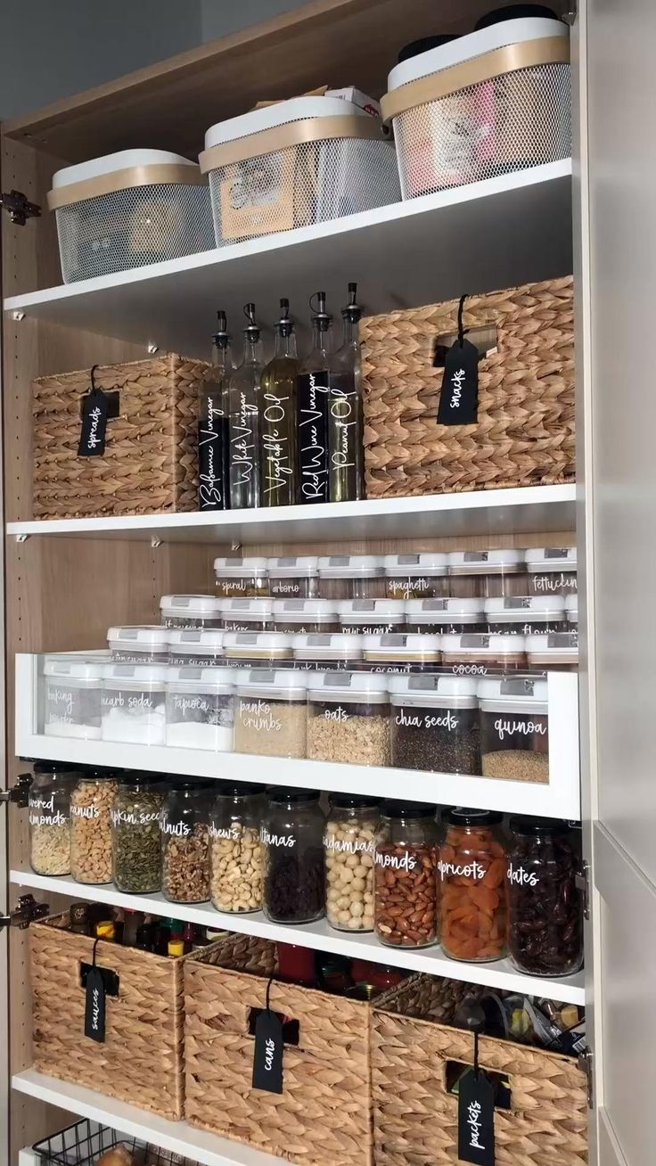 Kitchen Organization Pantry, Home Organisation, Kitchen Storage, Organizing Ideas, Organized Pantry, Basket Organization, Baskets For Storage, Pantry Storage Containers, Spice Rack Organization