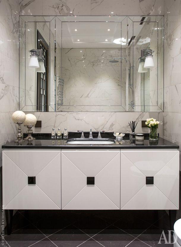 Стены гостевого санузла (он же ванная для ребенка) отделаны керамогранитом. Тумба с раковиной Devon & Devon, светильники Visual Comfort.