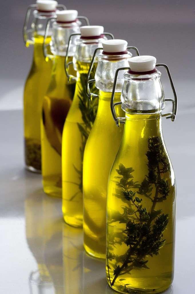 Receta para elaborar aceites aromatizados caseros de limón, chiles picantes, romero, tomillo y piñones. Se preparan con aceite de oliva virgen extra.