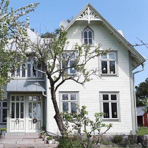 Vitt och grått hus.