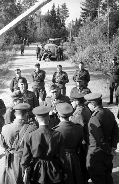 Soviet and Finnish officers on the ceasefire line, September 1944. Continuation War