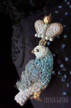 Материалы: Винтажные кристаллы, речной жемчуг, синель, старинное кружево, бисер, пайетки, канитель.   Размер: 5 х 15см 300,00 €
