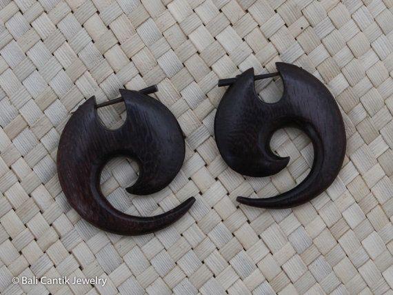 Boucle doreille post ethnique bâton de bois avec un design simple découpage. Cela joliment sculptées post boucle doreille a été effectuée du bois de Sono. Il est meilleur pour lusage occasionnel et quotidienne.  ## DÉTAILS ARTICLE ## ---------------------------------------------------------------------------------------------- ~ Quantité : 2pcs (1 paire) ~ Taille environ : hauteur 35 mm ~ Couleur : Naturel foncé / brun marron ~ Matériel : Sono bois ~ Métal : aucun ~ Taille de publicatio...