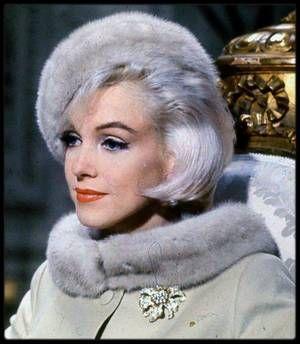 """1962 / Marilyn dans une des scènes du film """"Something's got to give"""" où elle donne la réplique à Wally COX, vendeur de chaussures..."""