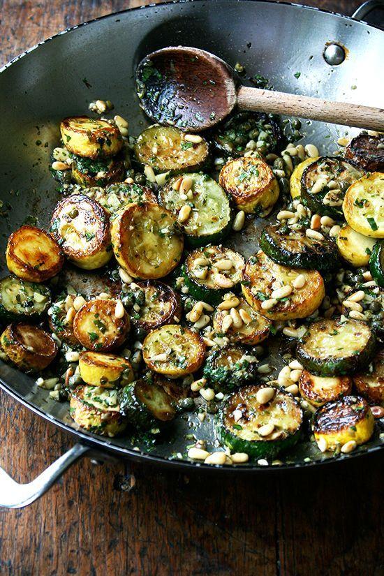 Gebratene Zucchini mit Minze, Basilikum und Pinienkernen