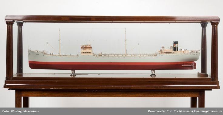 Skipsmodell i glassmonter på ben.