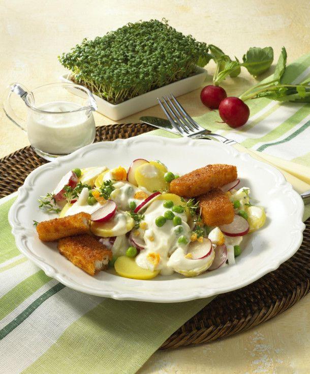 bunter kartoffelsalat mit fischstabchen