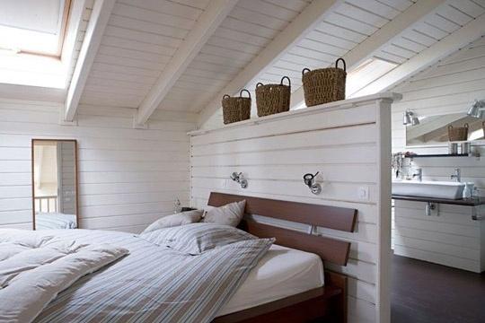 Attic Master Bedroom salle de bain et chambre séparés par une mini cloison dans des combles