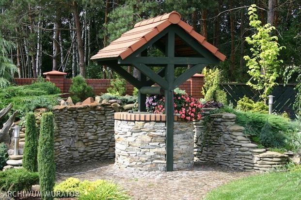 Jeżeli ogród ma być wygodnym miejscem wypoczynku, oprócz roślin powinny się w nim znaleźć urządzenia i budowle zwane małą architekturą ogrodową.