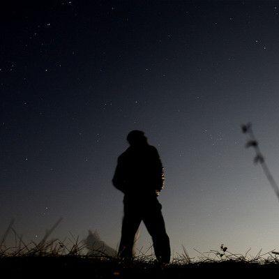 Ближайшая к Солнцу звезда - Проксима Центавра. В какую сторону нужно смотреть, чтобы увидеть ее на ночном небе? ее вообще не видно! Проксима Центавра - красный карлик, а такие звезды очень мало излучают энергии. Увидеть эту звезду на ночном небе невооруженным глазом - не возможно. Поэтому, хотя она и ближе всего к Солнцу, открыли ее только в 1915 году.