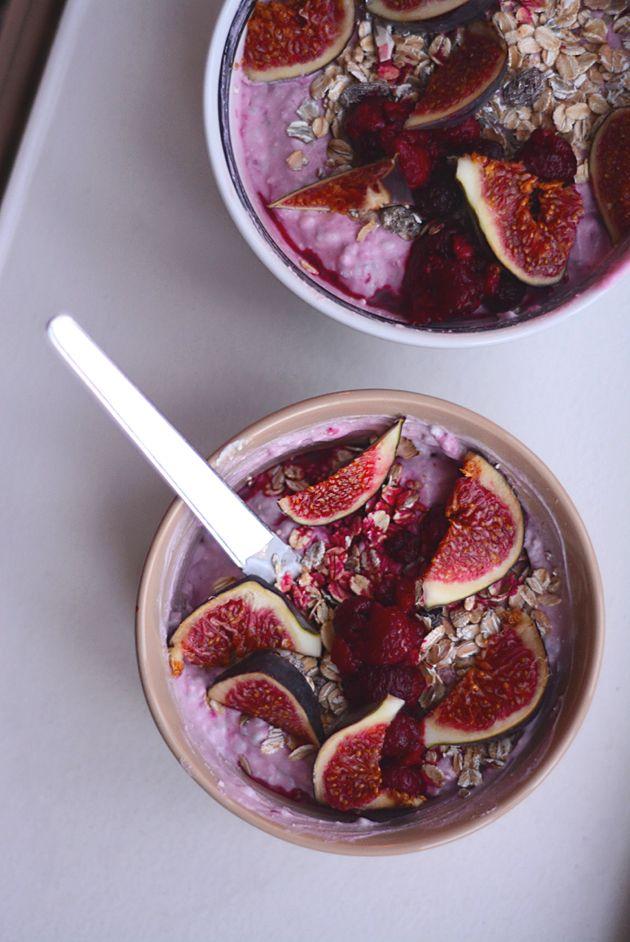Køleskabsgrød med kokosmælk og bær