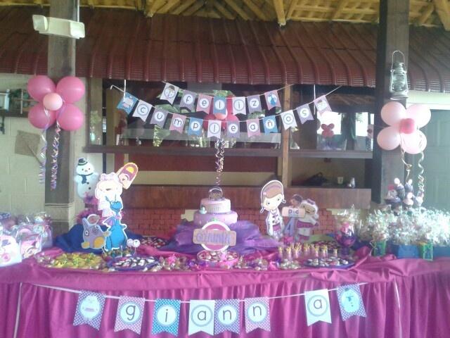 decoracion mesa principal de la doctora juguetes fiestas