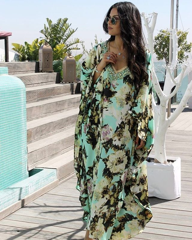 """205 Likes, 5 Comments - @moroccan_caftan_style on Instagram: """"@asmalmnawar اللباس من @sihamihssane_styliste Email : sihamcouture@gmail.com Tel : +212645266130…"""""""