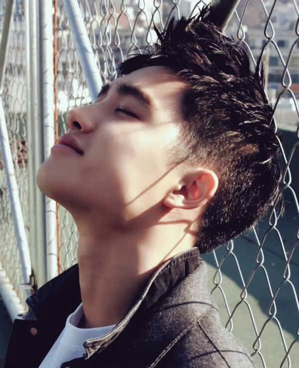 Damn anyone got a bandaid bc I've been SLASHED by that razor sharp gift from god jawline