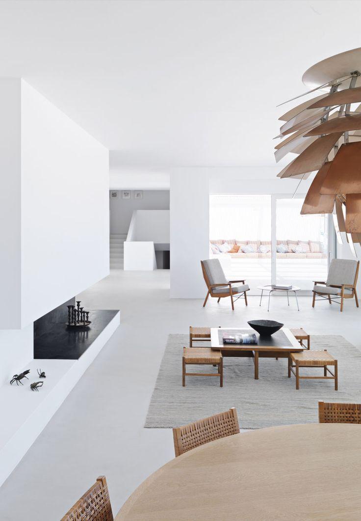 Pièce à vivre blanche minimaliste, touchés de bois clair | White minimalist living room, Light wooden details