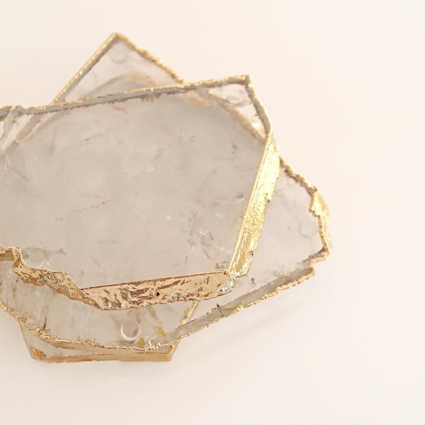 Natural kivita crystal coasters withrubber feet. Each piece is unique featuring a gold rimmed edge.Dimensions: 9-12cmD Approximately. Please note these are a