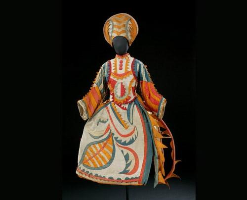 Traje para la mujer del bufón de Chout, basado en un diseño de Mijail Larionov.  Traje de 1921 © VA Images