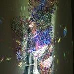 Unwoven Light, es una escultura de Soo Sunny Park elaborada a partir de material rígido industrial: vallas de cadena de enlace y plexiglás