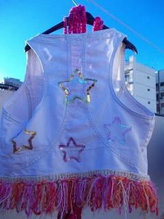 Chaleco de jean, intervenido con estrellas bordadas en lentejuelas y terminación de flecos tejidos crochet.