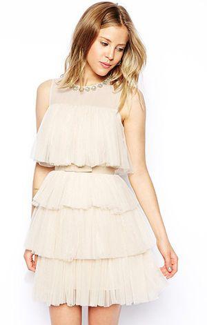 首元のビジューやフリルがかわいい♡プロムのドレスのアイデアに
