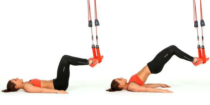 Du trener: Rumpe, bakside lår, legger og rygg. Utgangsstilling: Ligg på ryggen med armene langs siden, 90 grader i knærne og føttene plassert i hver sin løkke, 20–30 cm over gulvet. Slik gjør du: Press føttene ned i løkkene, behold 90 grader i knærne og løft bekkenet til du har en rett linje fra knær til skuldre. Senk bekkenet kontrollert ned. Tyngre variant: Ha armene i kryss over brystet, strekk og bøy ett og ett ben mens du holder bekkenet oppe.