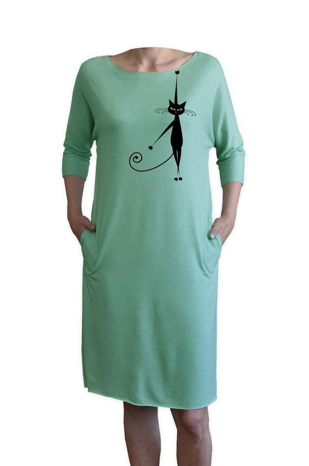 Bardzo fajna modna sukienka. Luźny dresowy krój. Idealna na wiosnę i lato.  Kieszenie. Szew przez całą długość sukienki. Krótki rękaw.  Delikatny w dotyku, ale bardzo trwały nadruk. Nie spiera...