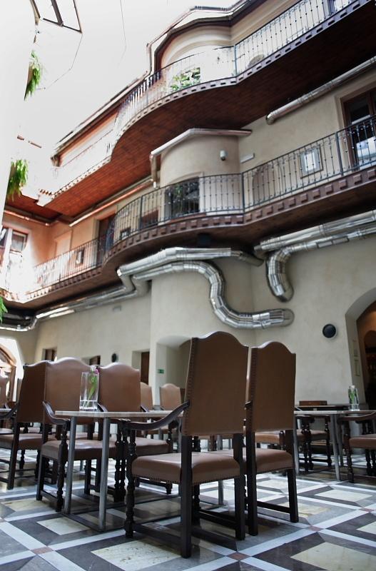Przestronne wnętrze hotelu.