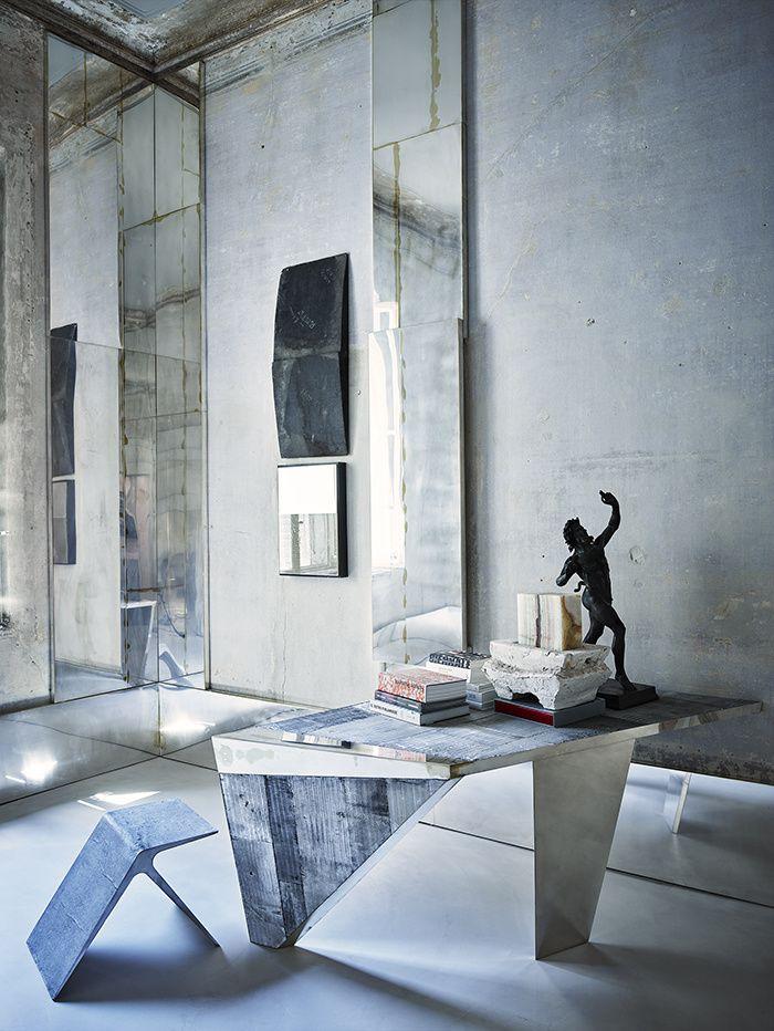 C'est dans un palazzo du XVIIIe siècle que l'architecte-designer Vincenzo De Cotiis s'est inventé un appartement poétique et conceptuel, entre patines du passé et fulgurances contemporaines / Ici, le bureau / © Paul Lepreux