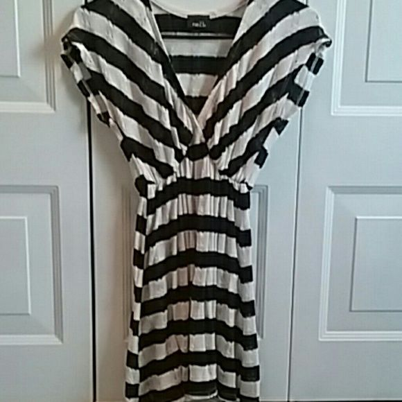Sold in bundle! Rue 21 top Black and white long top from rue 21 gently used no holes or stains Rue 21 Tops