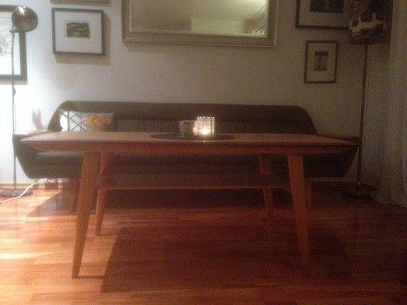 Salongbord med teak bord plate og bjørk understell. l: 134 cm, b: 62 cm, h: 56,5 cm. Minstepris kr 1500,- eller gi bud.