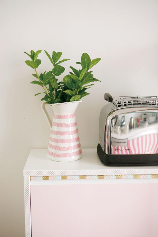 C'est simple et ça change tout : quelques bandes de masking tape sur un vase  une table blanche