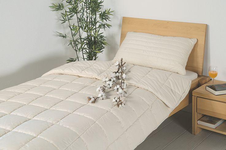 """Du suchst die ideale Bettdecke für die Übergangszeit oder für die kälteren Nächte? Die Baumwoll-Duo-Bettdecke """"Cotona"""" eignet sich perfekt als kuschelige Bettdecke in den kühleren Monaten des Jahres. Diese angenehm wärmende Duo-Bettdecke besteht aus zwei separat gesteppten Decken, die anschließend zu einer Decke zusammengenäht werden. Allergiker und besonders hygiene-bewusste Menschen können diese Bettdecke einfach im Schonwaschgang reinigen."""