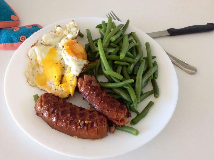 Opečený špekáček, smažené vejce a dušené zelené fazolky
