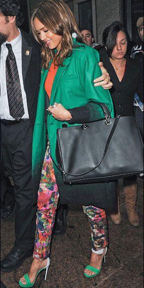 JESSICA ALBA    La actriz optó por una combinación muy primaveral con pantalones de mezclilla estampados de la marca Erdem, abrigo y zapatillas en verde y un top color naranja. Sus pantalones estampados le dan un toque fresco a la tendencia del color-blocking, que continúa de moda.
