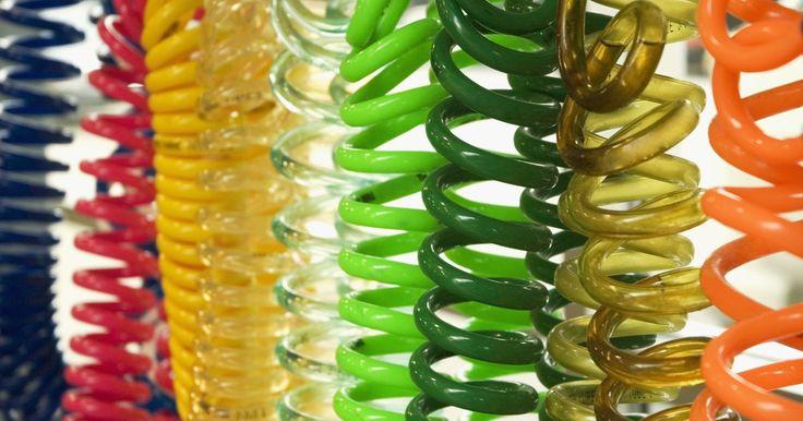 Como fazer anéis de papel. Pessoas têm feito anéis de papel desde a década de 1970. Você pode fazer o seu próprio com papel moeda ou decorativo. Faça um anel para cada roupa que queira, usando um papel que combine. Com prática, você aperfeiçoará a técnica. Quanto mais fizer, melhores os anéis ficarão.