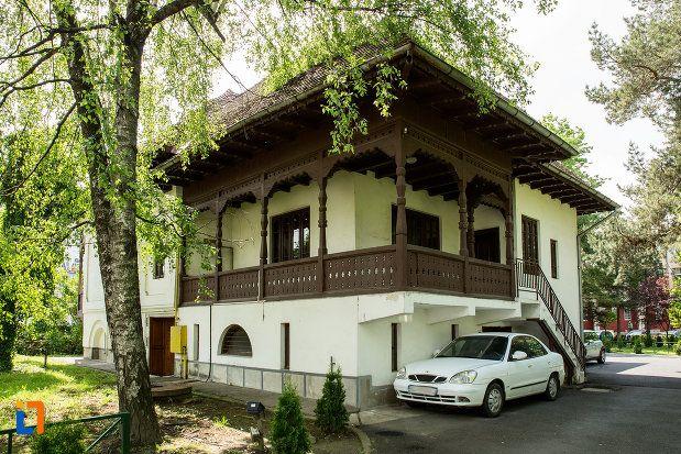 Casa Barbu Gănescu (1790), Piața Victoriei 2, Târgu Jiu; arhitect Julius Doppelreiter