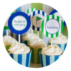 una linda forma de decorar cupcakes para una fiesta