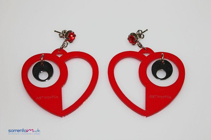 Un cuore rosso colorato in plexiglass  per questi orecchini dal gusto carioca della designer Consuelo D'Antonio che associando al plexiglass, materiale moderno ed industriale, elementi preziosi crea gioielli glam ed eleganti. Materiale: Plexiglass colore rosso e nero