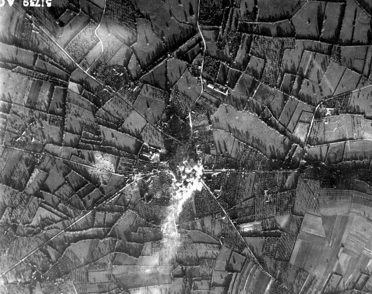 Avec sa position de carrefour entre Caen et Vire, puis Bayeux et Falaise, la ville d'Aunay-sur-Odon devient un intéret stratégique pour les Alliés. Elle est bombardée une première fois le 12 juin 1944 par deux vagues d'appareils, le centre ville est totalement détruit, tuant une centaine d'habitants. Un second raid va anéantir la ville dans la nuit du 14 au 15 juin. (Conseil Regional de Basse-Normandie / National Archives USA).