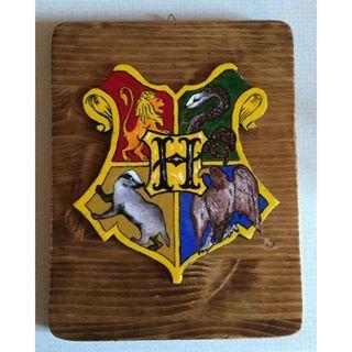 Nuovo quadro di Hogwarts! ❤️ realizzato in legno e dipinto interamente a mano! Lo trovate disponibile sulla nostra pagina fb Le creazioni di Anaron il Pellegrino #legno #wood #pittura #painting #passion #passione #hogwarts #harrypotter #jkrowling #always #gryffindor #grifondoro #serpeverde #slytherin #tassorosso #hufflepuff #corvonero #revenclaw