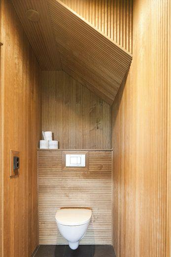 Pienessä wc-tilassa on yhdistetty kivilattia ja puinen panelointi. Lisää ideoita www.lammi-kivitalot.fi