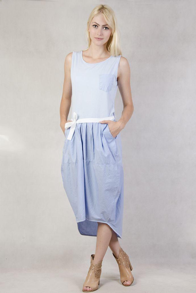Niebieska sukienka wiązana w pasie z przedłużanym tyłem