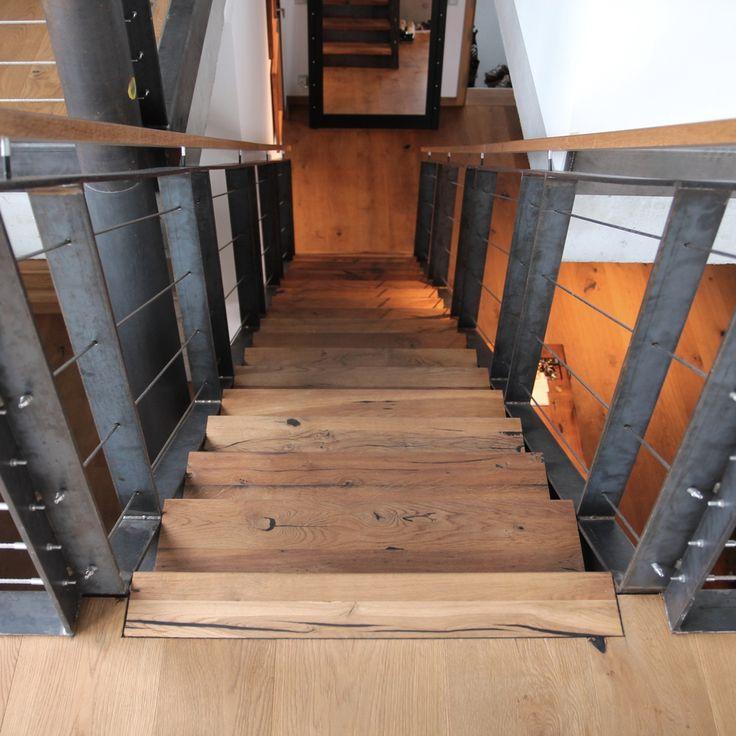 Eine Moderne Und Einfache Konstruktion Aus Stahl Und Stahlseilen Als  Treppe. Doch Was Ist Das? Die Stufen Passen Ganz Wunderbar Dazu, Obwohl Sie  Aus Antikem ...