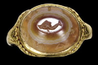 A ROMAN GOLD AND BANDED AGATE FINGER RING                                                                                                                                                                       CIRCA 2ND-3RD CENTURY A.D.