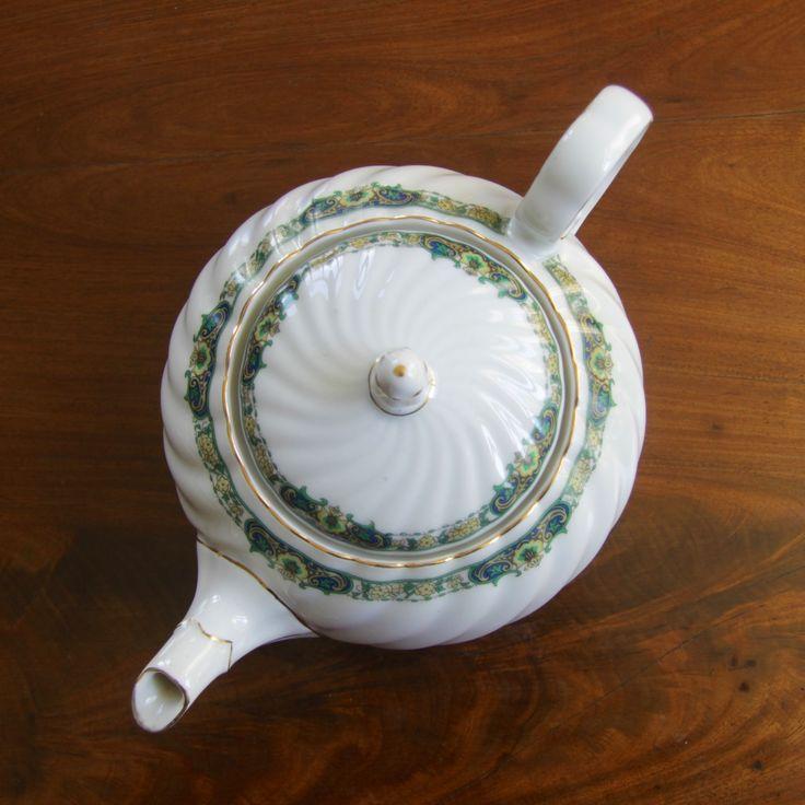 """<p>Elegant vit kanna med mönster i gult, grönt och guld. """"Cleo"""" tillverkad av tyska KPM mellan 1925-1945. Rymmer 1 liter. Droppar inte.</p> <p>Glöm inte att köpa ett filter till din tekanna! Välj mellan <a title=""""Tesil"""" href=""""https://www.pekoe.se/vara/tillbehor-till-te/tesil/"""">tesil</a>, <a title=""""Tefilter"""" href=""""https://www.pekoe.se/vara/tillbehor-till-te/tefilter/"""">tefilter</a> och <a title=""""Tefilter för engångsbruk"""" ..."""
